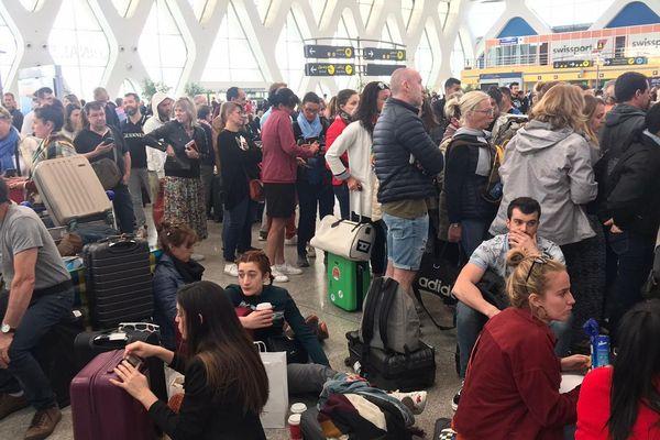 Une centaine de Français bloqués à l'aéroport de Marrakech attendent des informations.