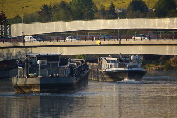 Ce mercredi 28 avril, au pied du pont de Pont-sur-Yonne.