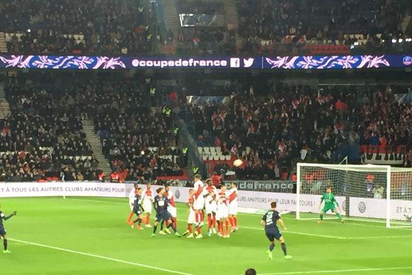 Un coup franc, avant le cinquième but du PSG face à Monaco, en demi-finale de la coupe de France.