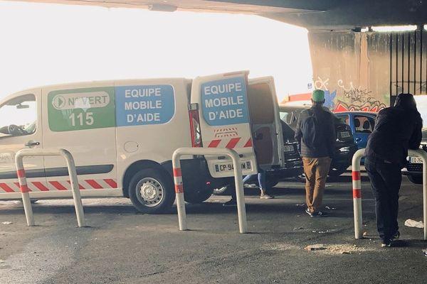 """Coronavirus : en maraude à Marseille, pour les SDF aujourd'hui """"la principale problématique, c'est la faim et la soif""""."""