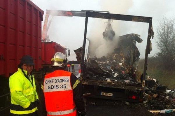 La camion de messagerie a été entièrement brûlé