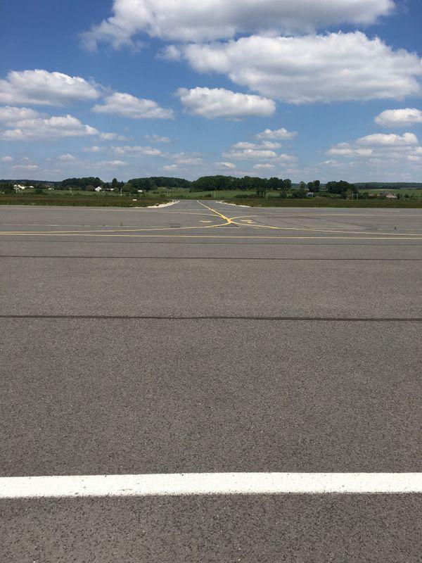 le parking de stationnement des avions est vide, la piste au bout, attend les rares mouvements d'aéronefs du jour