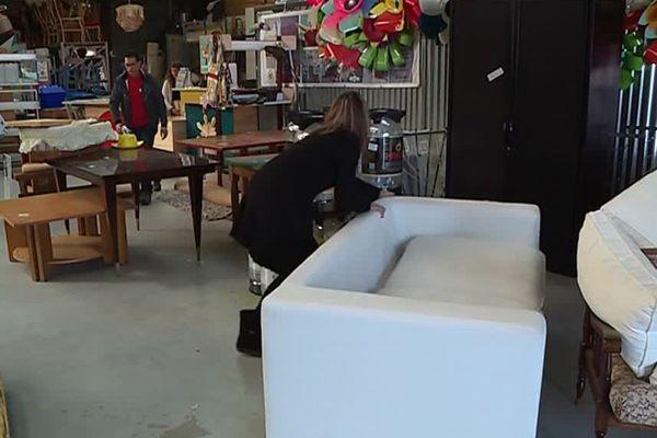 L'atelier Déco solidarité recycle des objets.