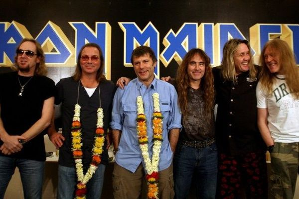 De gauche à droite : Adrian Smith, Dave Murray, Bruce Dickinson, Steve Harris, Nicko Mcbrain and Janick Gers.