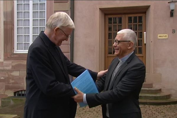 Monseigneur Grallet, à droite et Monseigneur Ravel lors de la conférence de presse organisée à Strasbourg le 24 février 2017