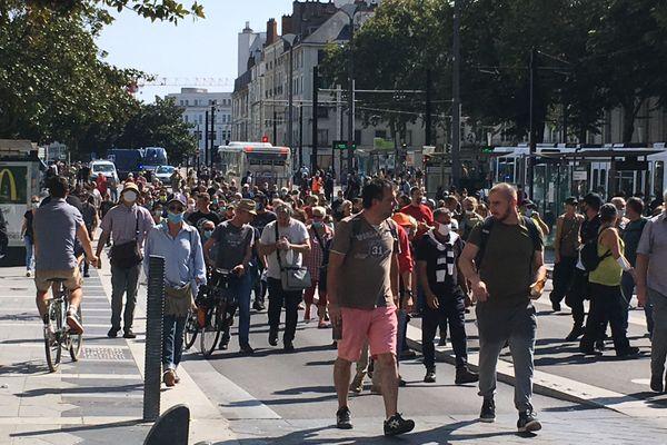 un millier de personnes rassemblées dans le calme a marché vers la préfecture