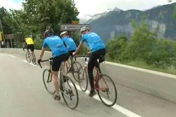 Comme les pros, les participants du Tour de France des jeunes parcourent l'Hexagone en vélo.