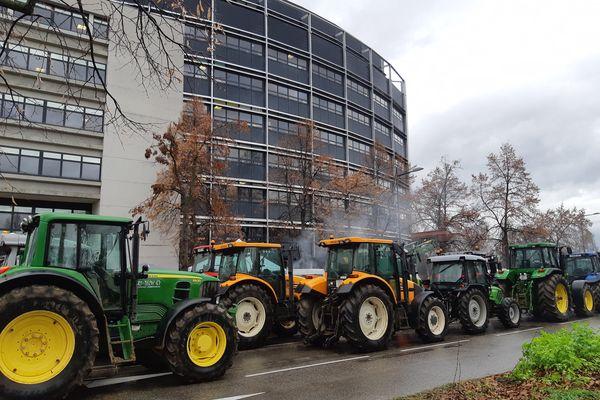 Les agriculteurs manifestent le vendredi 30 avril devant le Parlement européen à Strasbourg.