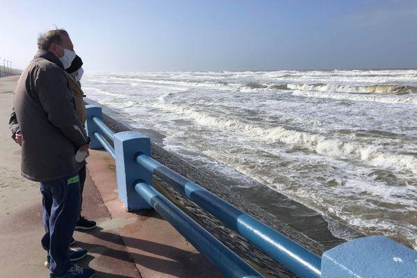 Des promeneurs sont venus observer les vagues à Quend Plage ce jeudi 11 mars.