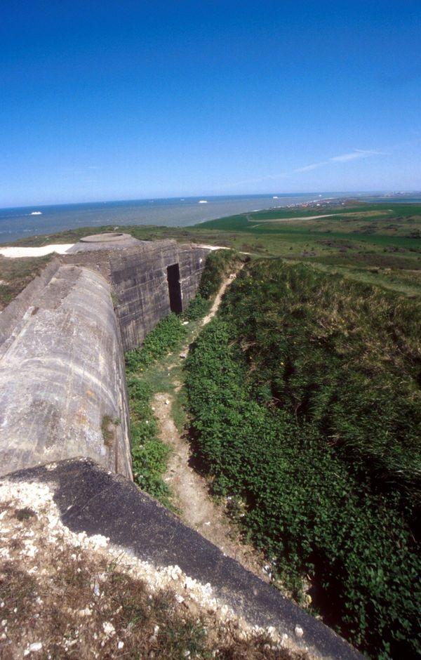 La Manche, vue du Cap Blanc-Nez et des fortifications du Mur de l'Atlantique bâties par les Allemands après la Bataille d'Angleterre.