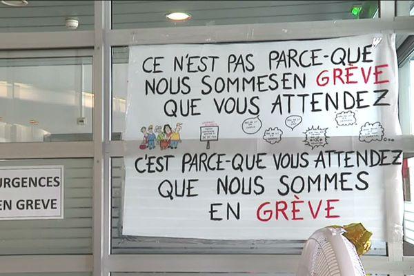 Panneaux à l'accueil des urgences de Mulhouse