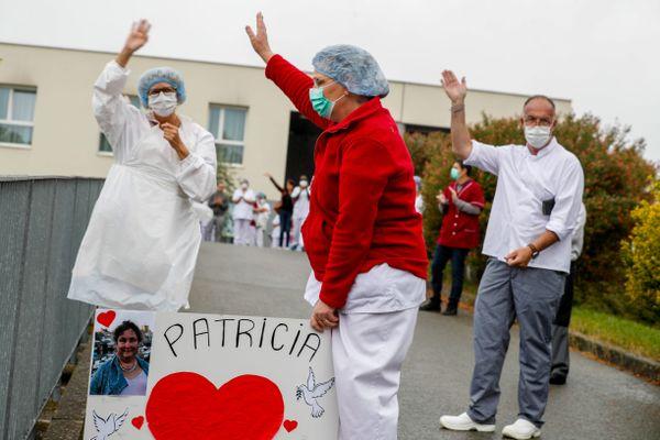"""28 avril 2020 : Les salariés de l'ehpad """"Résidence Rosemontoise"""" a rendu hommage à Patricia Boulak, aide soignante à la Rosemontoise décédée le 4 avril du coronavirus, covid-19, à l'hôpital Nord Franche Comté à Trévenans."""