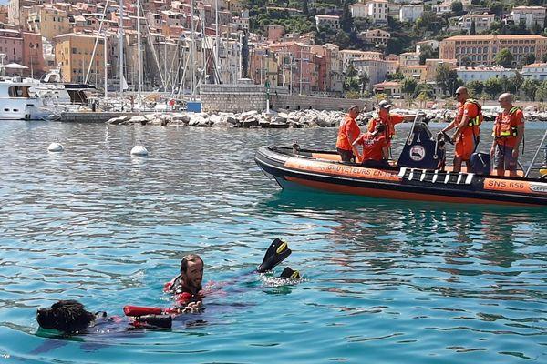 Sauveteurs de la SNSM lors d'un exercice de sauvetage dans le port de Menton, le dimanche 28 juin 2020
