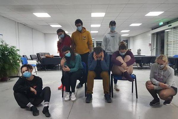 """Répétition """"en présentiel"""" dans une salle de réunion, avec masques et mesures sanitaires respectées, pour les danseurs."""