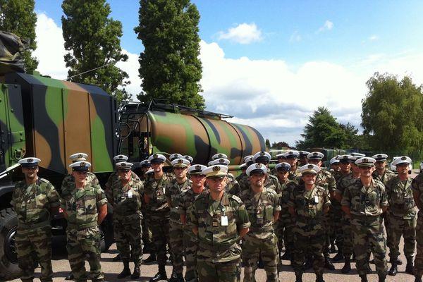 """Les militaires de la BPIA (Base Pétrolière Interarmées) de Chalon-sur-Sâone devant le nouveau véhicule de transport de carburant """"Carapace"""""""