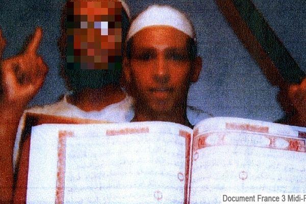 Mohamed Merah à 18 ans, un long couteau à la main