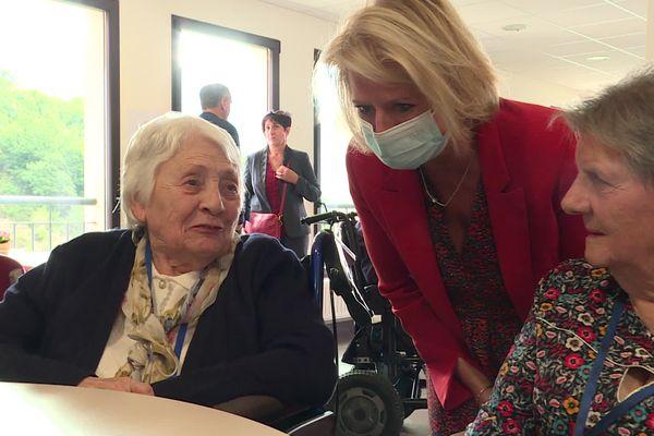Brigitte Bourguignon è andata incontro ai residenti di una casa di cura a Vico.