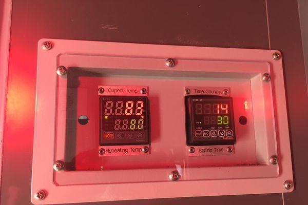 Deux écrans affichent la température de la pièce et le temps restant avant la fin de la décontamination.