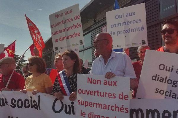 Manifestation pour l'ouverture des commerces le dimanche, réunissant élus et syndicats