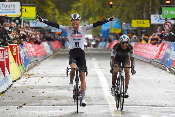 Le grand final de l'édition 2020 du Paris-Tours, entre Casper Pedersen et Benoît Cosnefroy.