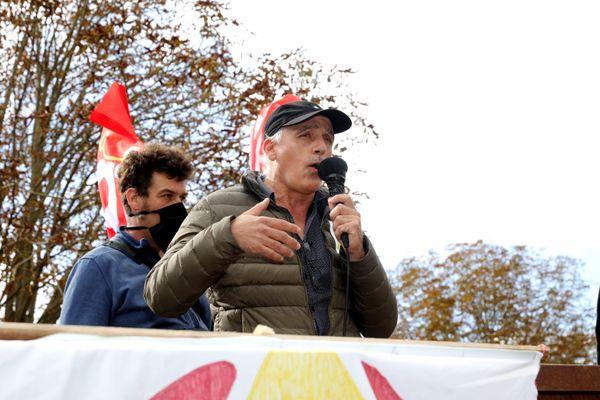 Philippe Poutou du Nouveau parti anticapitaliste NPA lors de la grande manifestation du collectif anti bassines dans le marais poitevin  le 11 octobre 2020