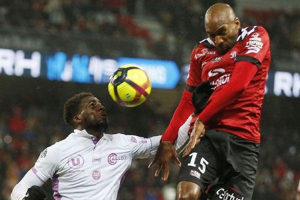 Boulaye Dia de Reims opposé au Guingampais Jeremy Sorbon lors du match entre Guingamp et Reims le 26/01/2019 au Roudourou.