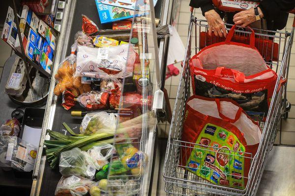 Un passage en caisse d'un supermarché, la veille du confinement, le 29 octobre 2020