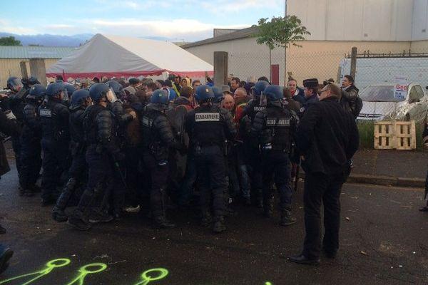 Lundi 23 mai, les forces de l'ordre ont chassé les bloqueurs du dépôt de carburants de Cournon-d'Auvergne.