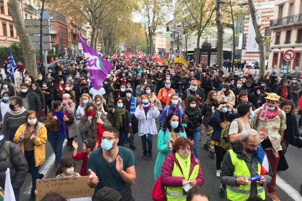 Beaucoup de personnes dans les rues de Toulouse pour défendre la santé.