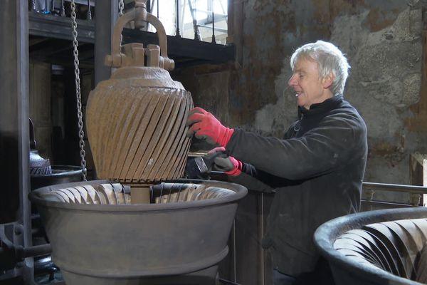 Olivier Morel restaure des objets anciens depuis une trentaine d'années