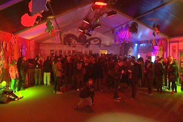 La salle se remplie en attendant les concerts qui commencent aux alentours de 21h