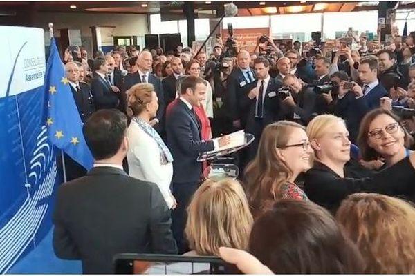 Emmanuel Macron arrive au Conseil de l'Europe et signe le livre d'or ce mardi 1er octobre.