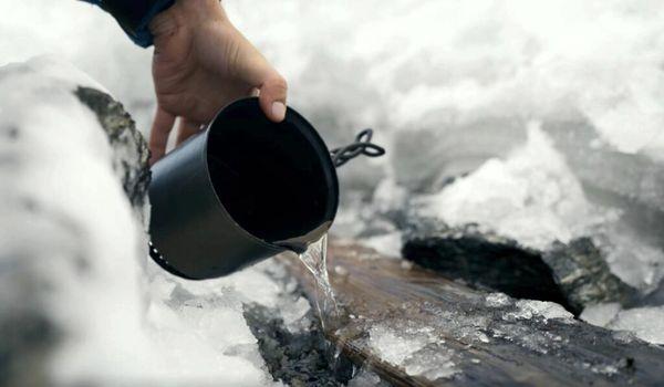 De l'eau tiède versée avec d'infinies précautions