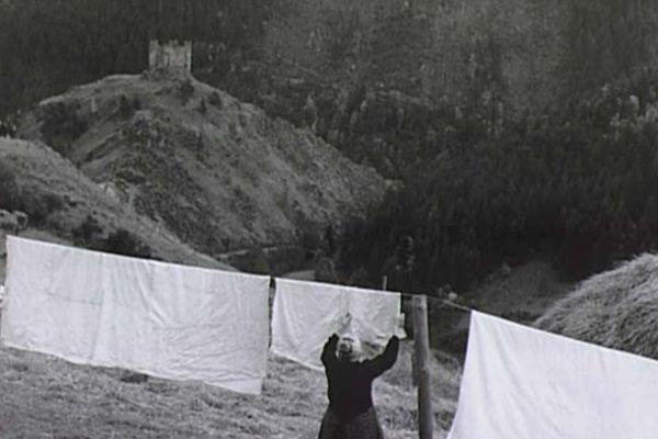 Femme étendant ses draps, Alleuze, 1950