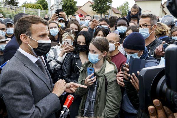 Emmanuel Macron en compagnie de jeunes bénéficiaires du Pass culture à Nevers vendredi 21 mai