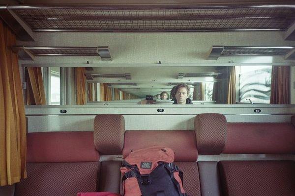 Manuel Lobmaier, réalisateur suisse, apprend que la ligne ferroviaire qu'il empruntait enfant, pour rejoindre sa maison de vacances dans les Cévennes, a été fermée. Il fait le pari de refaire le même voyage en empruntant uniquement les lignes de train autres que les lignes de TGV