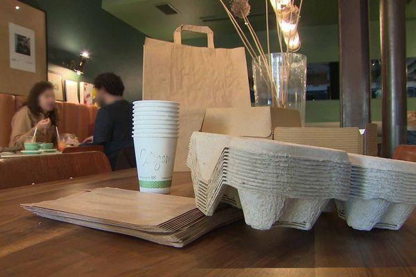 Un exemple d'emballages alimentaires destinés à la vente à emporter qui ne sont pas fabriqués en matière plastique