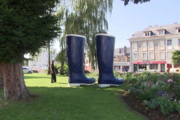 """""""Bottes"""" œuvre en résine polyester, réalisée spécialement pour Pont-Audemer par Lilian Bourgeat en 2021"""