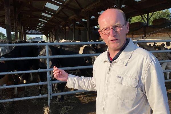 Ludovic André, éleveur laitier à Erquy, s'oppose à l'installation d'un câble électrique à haut voltage sur son exploitation dans le cadre du chantier du parc éolien de la baie de Saint-Brieuc. / © Bruno Van Wassenhove - FTV