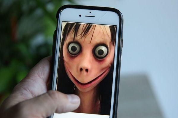 Le visage du Momo, une sorte de femme oiseau, apparaît à l'utilisateur, puis le challenge commence.