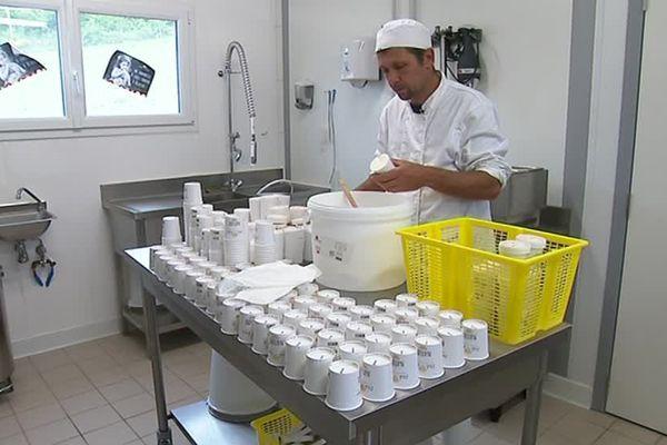 Olivier Morin s'occupe du laboratoire et de transformer le lait en crème glacée - 7 juin 2017