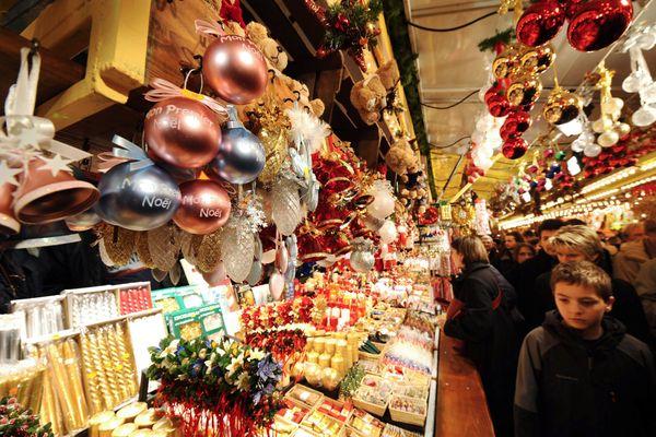 Des touristes au marché de Noël de Strasbourg, le 29 novembre 2008. (Illustration)