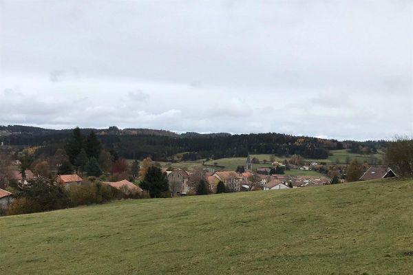 Dans les villages du Puy-de-Dôme, la fermeture des bars et cafés liée à la situation sanitaire du COVID 19 n'est pas sans conséquences sur le lien social.