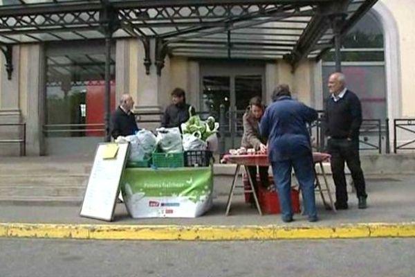 Les paniers fraîcheurs sont de retour devant la gare de Carcassonne.
