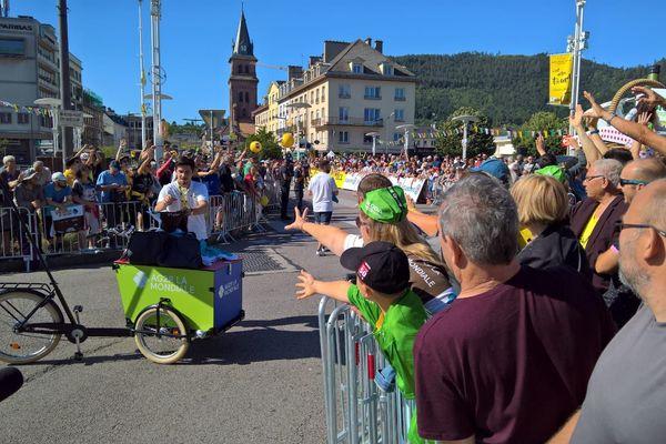 Bien avant le départ des cyclistes, la foule est déjà présente à Saint-Dié-des-Vosges.