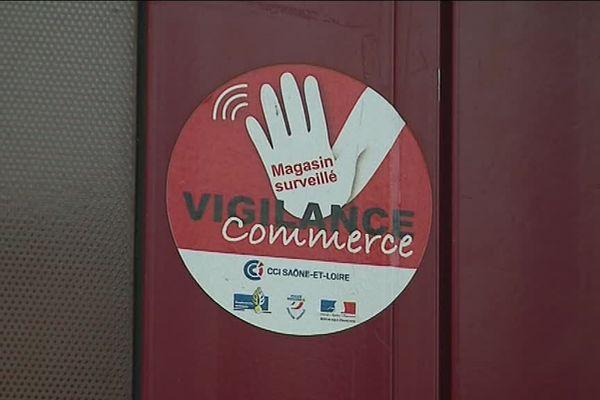 """Les commerçants peuvent apposer sur leur vitrine un autocollant montrant qu'ils font partie du dispositif """"vigilance commerce""""."""