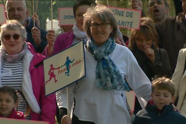 Françoise (au c.) dans une séquence de son clip tourné à Auxerre