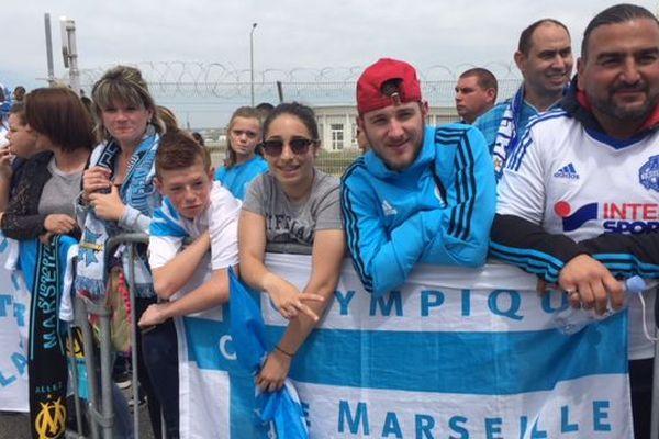 Les supporters à l'aéroport pour l'arrivée de leurs idoles
