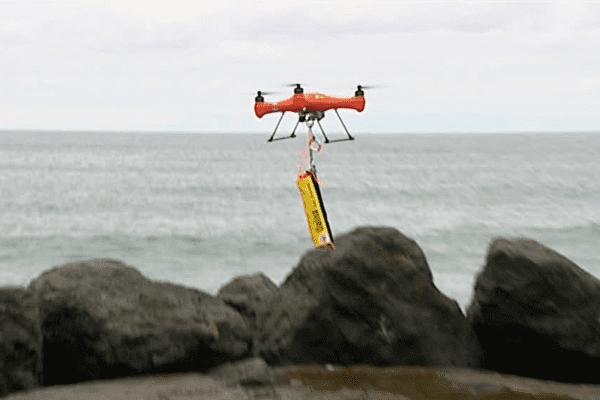 Le drone lâchera près du baigneur une bouée qui se gonflera au contact de l'eau.