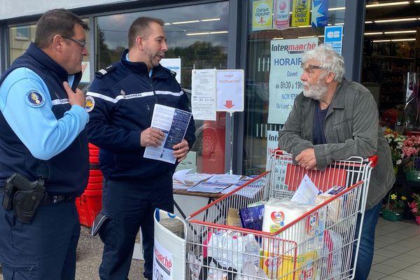 Les gendarmes sont allés à la rencontre des habitants à la sortie d'un supermarché de Lorquin.